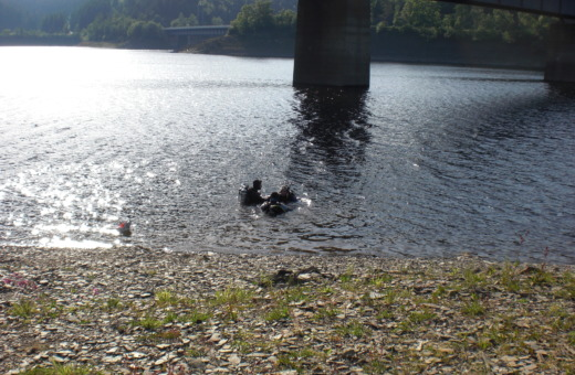 Divers in Okertalsperre reservoir