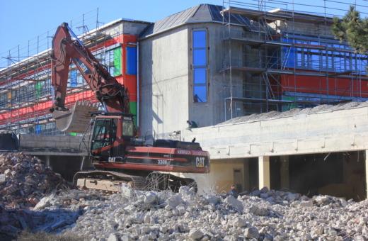 Excavator demolishes Odermark building in Goslar