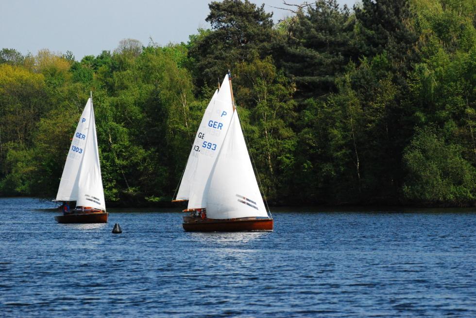 Two sailboats on the Duisburg six-lake plateau